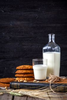 Free Milk And Cookies Royalty Free Stock Photography - 95996927