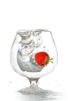 Free Strawberry In Water Stock Photography - 9609122