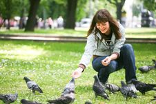 Free Happy Woman With Doves In Park Royalty Free Stock Images - 9619959