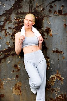 Free Blond Female Jogger Leaning Against A Wall Royalty Free Stock Images - 9622539