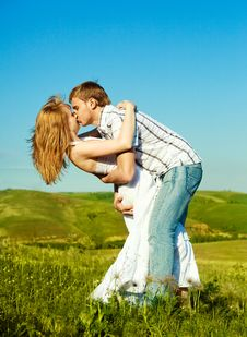Free Happy Kissing Couple Royalty Free Stock Images - 9641729