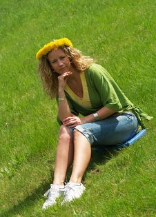 Free Curly Girl With Dandelion Chain On Head Royalty Free Stock Image - 9644256
