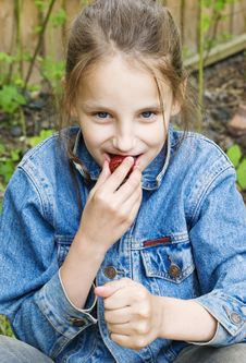Free Girl Eating A Strawberry Royalty Free Stock Photos - 9685328