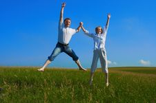 Free Couple Jumping In Field Royalty Free Stock Images - 977039