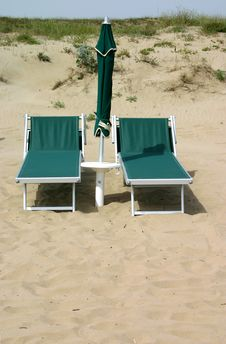 Free Abandoned Beach Chairs Stock Images - 977194