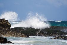 Free Breaking Wave On Rocks Royalty Free Stock Images - 977849
