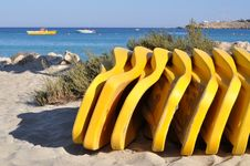 Free Yellow Sunbeds Royalty Free Stock Photos - 9704428