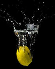Free Yellow Lemon Submerged In Water Stock Image - 97145531