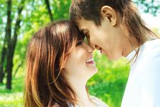 Free Happy Couple In The Park Royalty Free Stock Photos - 9723338