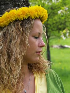 Free Curly Girl With Dandelion Chain On Head Stock Photography - 9727292