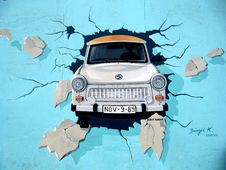 Free White Car Crash In Blue Wall Signature Painting Royalty Free Stock Images - 97207969