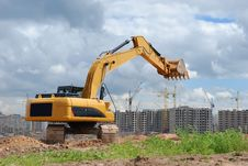 Free Excavator Against Microdistrict Under Constracion Royalty Free Stock Photography - 9743547