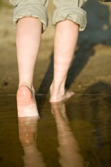 Free Barefoot Legs In River Royalty Free Stock Photos - 9754408