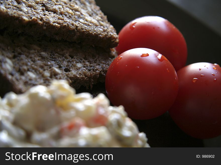 Tomatoes and brown bread