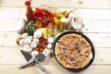 Free Pizza With Mushrooms Royalty Free Stock Photography - 9814757