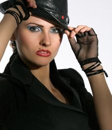 Free Young Fashionable Model With Black Hat Royalty Free Stock Images - 9866439