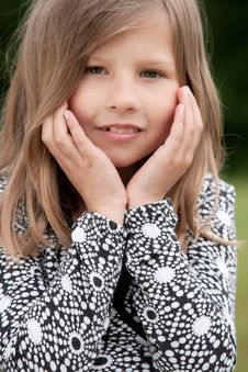 Free Sweet Little Girl Royalty Free Stock Photography - 9875807