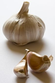 Free Garlic Head And Two Cloves Stock Photos - 9889573