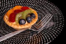 Free Fruit Tart On Black And White Plate Stock Photos - 997613