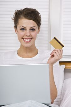 Free Smiling Woman Holding Credit Card Stock Photography - 9913832