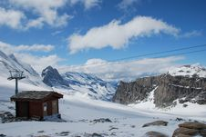 Free Small Ski Chalet In Winter Royalty Free Stock Images - 9940239