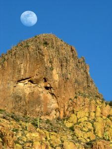 Free Superstitious Moonrise Royalty Free Stock Image - 9945126