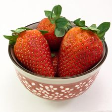Free Small Bowl Of  Fresh Strawberries Stock Image - 9959831