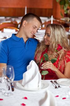 Free The Man And The Fine Girl In Restaurant Royalty Free Stock Photography - 9962627