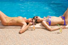 Free Girls Drkinking Cocktails On The Pool Royalty Free Stock Photos - 9967278
