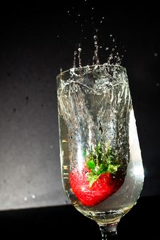Free Strawberry Splash Royalty Free Stock Photos - 9978248