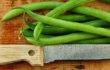 Free Fresh Green Beans With Knife Royalty Free Stock Photography - 9978357