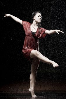 Free Ballet Dancer In The Rain Royalty Free Stock Images - 9990379