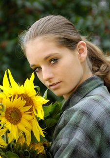 Free Young Woman With Sunflower Royalty Free Stock Photos - 9995458